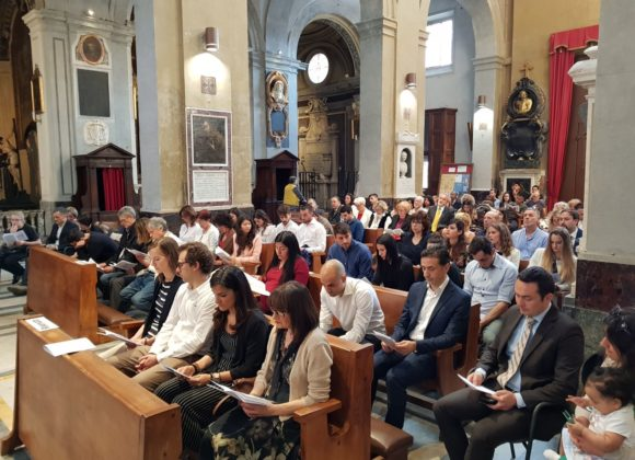 Fedeli seduti sulle panche della Chiesa di San Francesco a Ripa